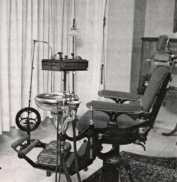 Equipamiento de sala de operaciones con silla de finales del IXX con calentador de pies